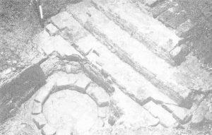 Piscina voor de middenapsis van het romaanse koor